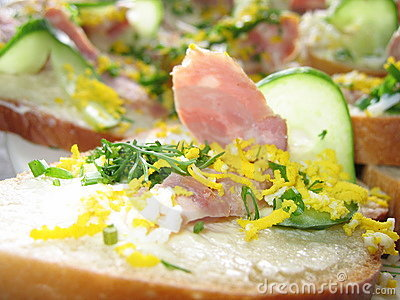 Panino con il prosciutto ed il cetriolo