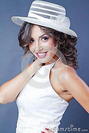 Panna młoda z kapeluszem