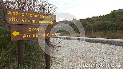 Panneau routier aux monuments et aux cimetières des forces britanniques et australiennes d'armée banque de vidéos