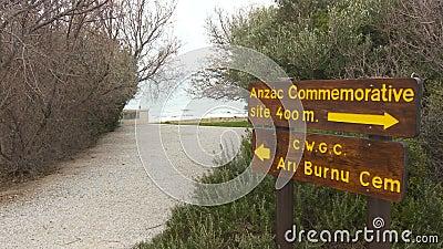 Panneau routier aux monuments et aux cimetières des forces britanniques et australiennes d'armée clips vidéos