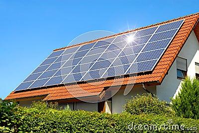 panneau solaire sur un toit rouge photo libre de droits image 18643725. Black Bedroom Furniture Sets. Home Design Ideas