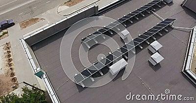 Panneaux solaires sur le toit banque de vidéos