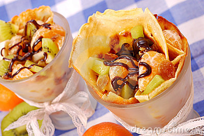 Pannekoeken met vruchten die met chocolade worden gegoten