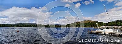 Panorama- av sjön Windermere med snabba motorbåten och pir Redaktionell Fotografering för Bildbyråer