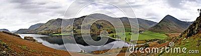 Panorama cosido que pasa por alto el lago Buttermere