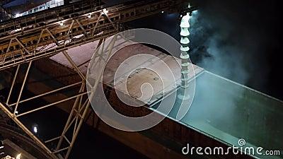 Panorama da noite de colheitas de grão da carga no navio maioria do cargueiro através do tronco para abrir posses da carga no ter video estoque
