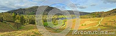 Panorama da paisagem: montanha, lago, vale, árvores