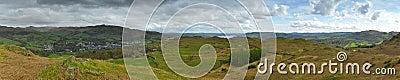 Panorama da paisagem: montanhas, lago, vale, árvores