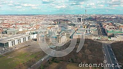Panorama de Berlin Brandenburg Gate y de Reichstag Silueta del hombre de negocios Cowering almacen de video