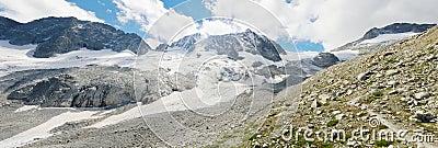 Panorama dell alta montagna con il ghiacciaio