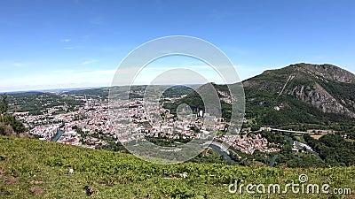 Panorama der Stadt von Lourdes, ber?hmt f?r seine Pilgerfahrt stock footage