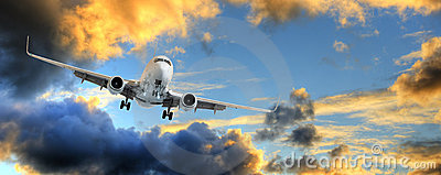 Panorama do avião no céu do por do sol