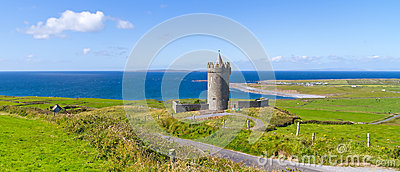 Panorama do castelo de Doonagore em Doolin