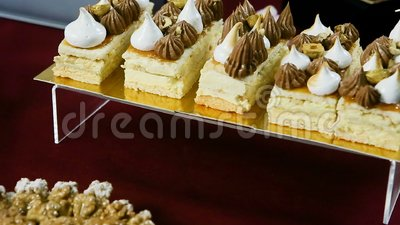Panorama down από επιδόρπια κρέμας σε κέικ αμυγδάλου φιλμ μικρού μήκους