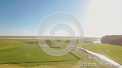 Panorama du paysage islandais, vue de cascade de Skogafoss, dans le jour d'été ensoleillé banque de vidéos