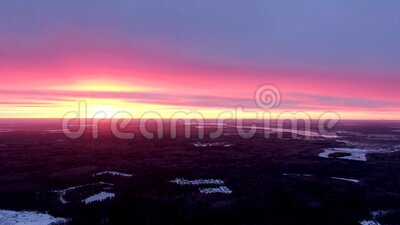 Panorama generale del paesaggio invernale da una grande altezza in crepuscolo stock footage