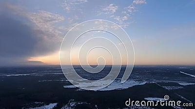 Panorama generale del paesaggio invernale da una grande altezza in crepuscolo video d archivio