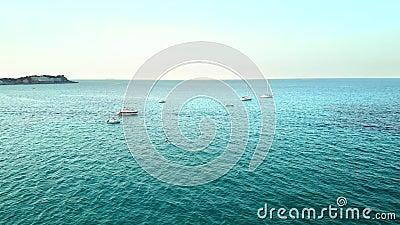 Panorama horizontal sur la baie de la mer Des bateaux chères se balancent sur les vagues la ligne d'horizon est visible Le concep banque de vidéos