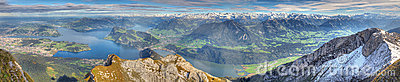 Panorama largo de la montaña del lago
