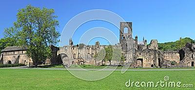 Panorama largo de ruínas da abadia de Kirkstall, Leeds, Reino Unido