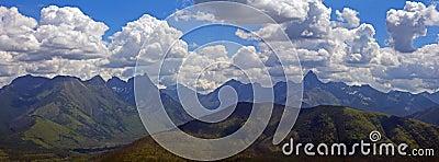 Panorama montañoso rugoso
