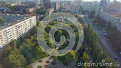 Panorama spokojnego nowoczesnego miasta latem w słoneczny wieczór, opuszczająca teren parku zbiory wideo