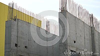 Panorama sur un mur partiellement construit banque de vidéos