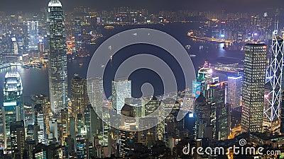 Panorama urbano del horizonte de Hong Kong en el lapso China de la noche Enfoque hacia fuera metrajes