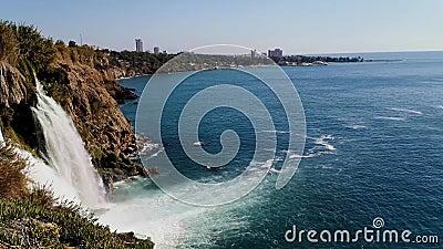 Panorama van Neder-Duden Watervallen en toeristische boten in de Middellandse Zee bij de waterval - 17 jaar stock videobeelden