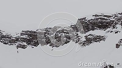 Panorama van sneeuwbergenpieken Grijs weer nave Landschap stock video