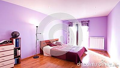 Panorama violeta del dormitorio