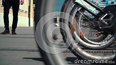 Panorama von den Rädern der Fahrräder bis zum Bürgersteig, der ein Geschäftsmann ist stock footage