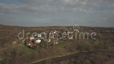 Panorama von einer Vogel ` s Augenansicht Mitteleuropa: Das polnische Dorf befindet sich unter den gr?nen H?geln M??iges Klima stock video footage