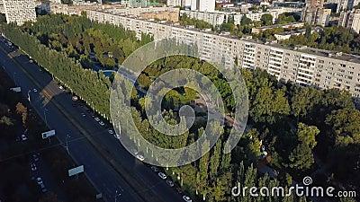 Panoramiczny strzał z nowoczesnego rosyjskiego miasta Samara w słoneczny wieczór, sportowy otwarty obszar w parku zbiory wideo