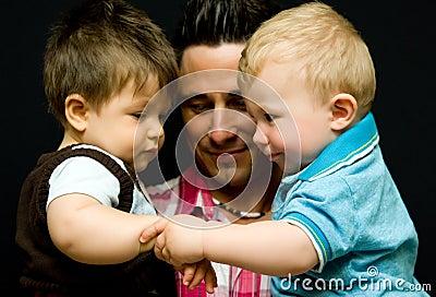 Papá con dos hijos