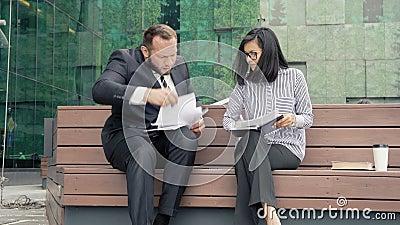 Papéis de submissão do gerente do homem de negócio para a assinatura a sua mulher do chefe Papéis de jogo descontentados da mulhe vídeos de arquivo