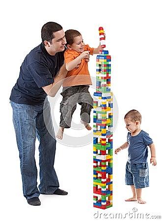 Papa die zijn zonen helpt