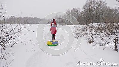 Papa et sa fille traversent une forêt enneigée Les touristes font de la randonnée en hiver Fêtes de Noël Voyage en famille à clips vidéos