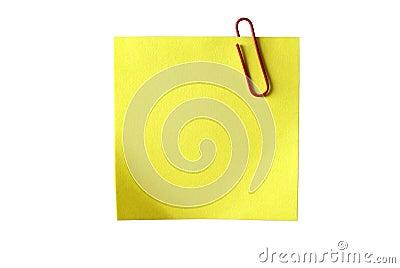 Papel pegajoso amarelo com grampo vermelho. Isolado.