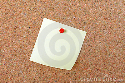 Papier de note jaune attaché avec la broche rouge.