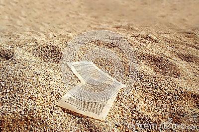 Papierblätter auf goldenen Sanden