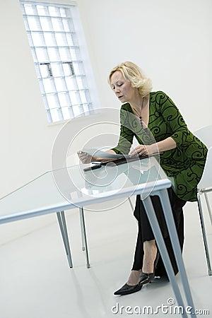 Papierkową robotę czytelnicza kobieta