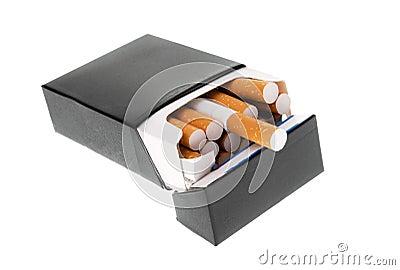 Paquete negro del cigarrillo aislado