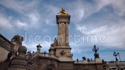 París, Francia, OCTUBRE 2019 - Inclinar un acercamiento de trucos derribados del monumento a la estatua en el puente Alexander so metrajes