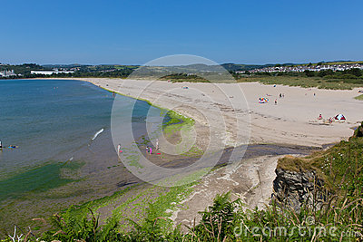 Par a praia Cornualha Inglaterra perto de St Austell e o Polkerris com mar e o céu azuis Foto de Stock Editorial