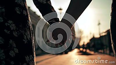 Par ręki trzyma each inny na miasto zmierzchu ulicznym świetle z pięknym obiektywu racą zbiory