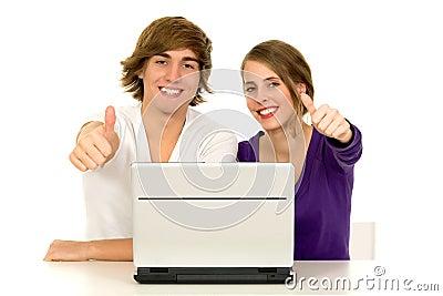 Par som visar upp tum
