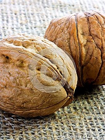 Para av valnötter på jute