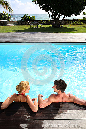 Para relaksuje w basenie