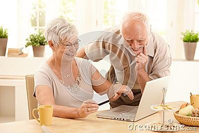 Para robi szczęśliwemu staremu online zakupy
